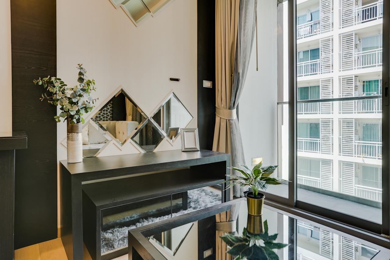 Hostmaker Bangkok Agency's Charming 1 Bed Apt w/ Balcony in Via 49 Condo 8