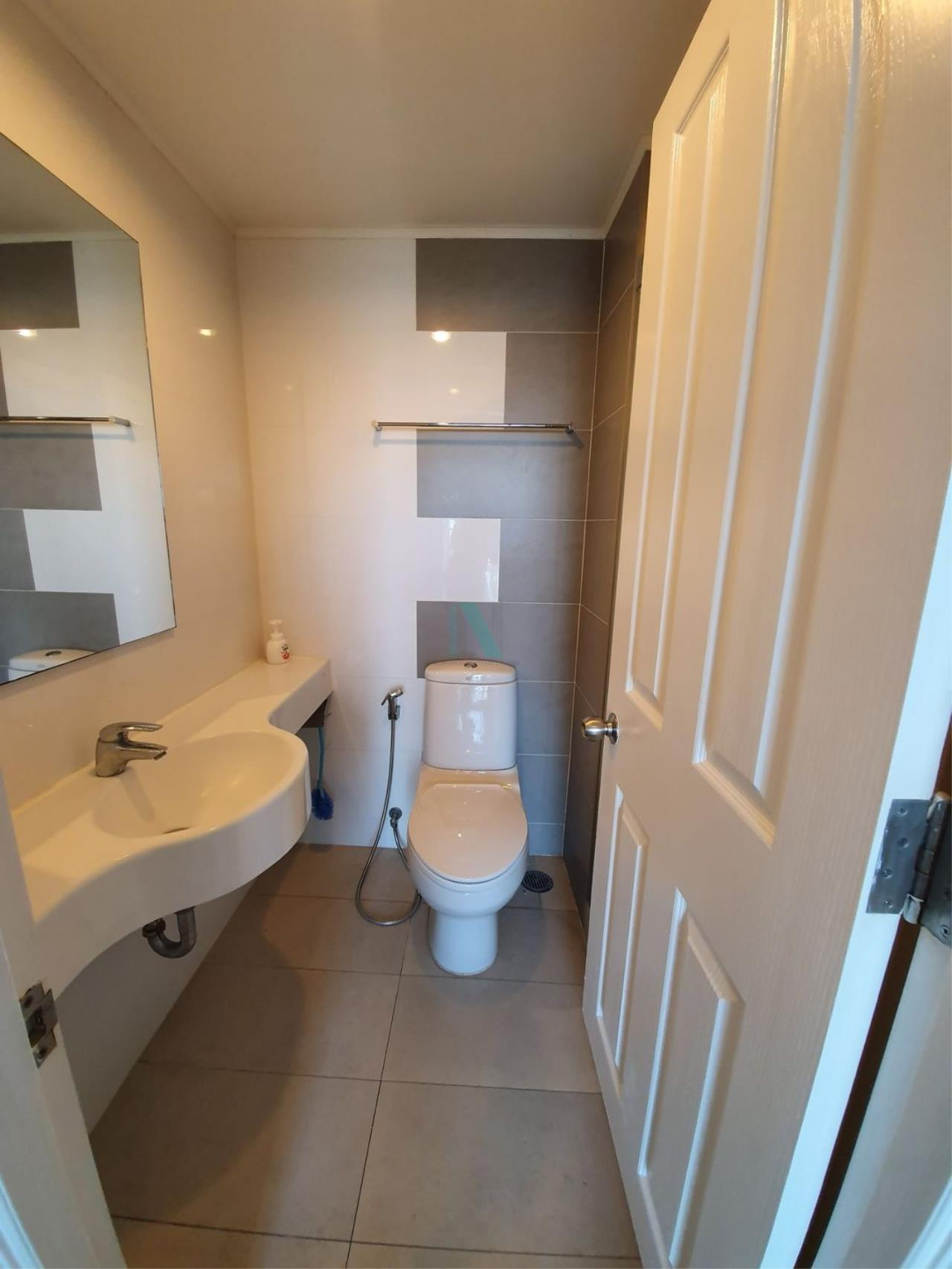 NOPPON REAL ESTATE CO.,LTD.  Agency's For rent Lumpini Place Rama 4 - Kluaynamthai 1 bedroom 24th floor near BTS Ekkamai. 8