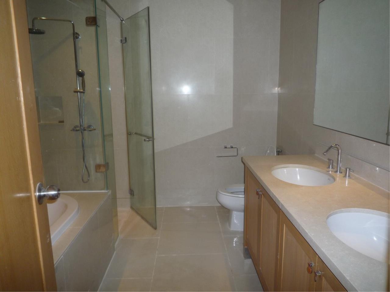 RE/MAX Properties Agency's Emporio Condo Place on Sukhumvit soi 24  18