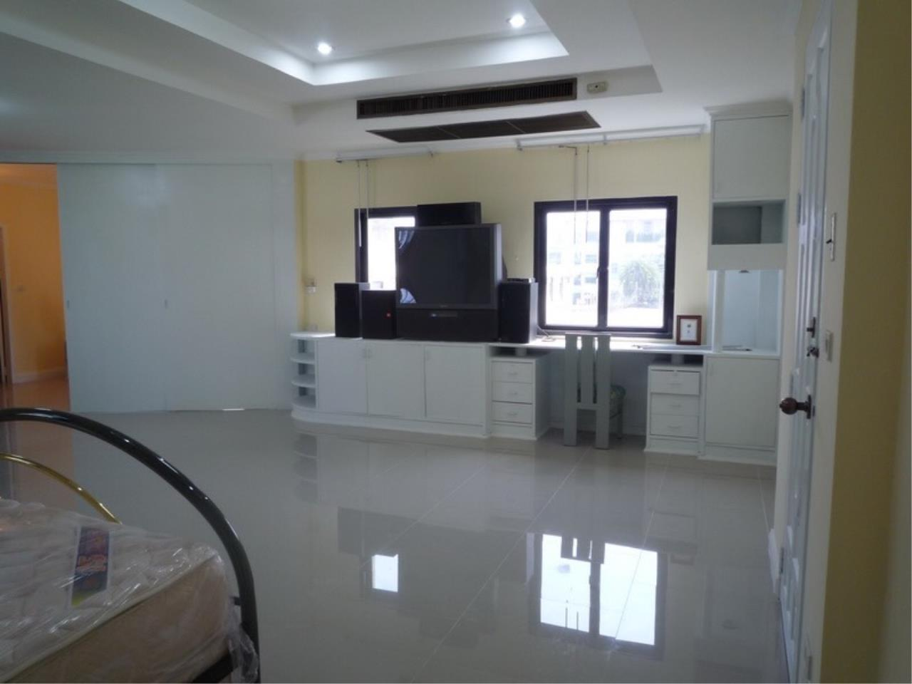 Right Move Thailand Agency's HR 695 Townhouse For Sale 19,900,000 THB 3 Bedrooms 380 Sqm 3
