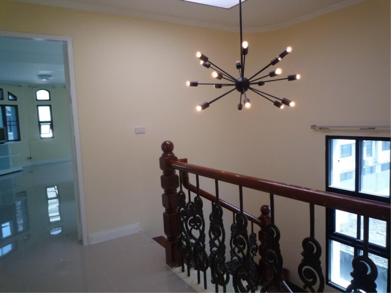Right Move Thailand Agency's HR 695 Townhouse For Sale 19,900,000 THB 3 Bedrooms 380 Sqm 8