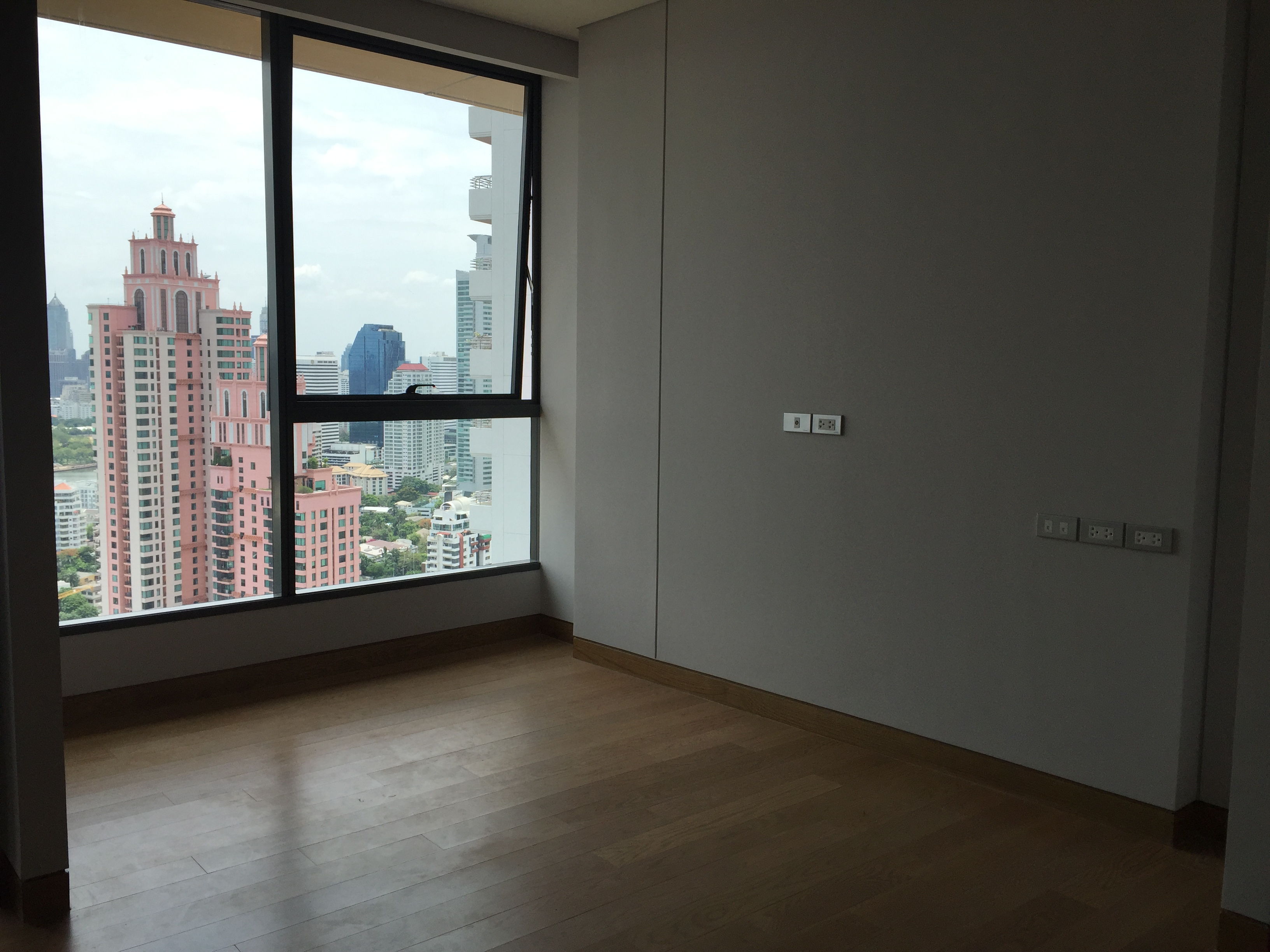 VisionQuest Thailand Property Agency's Sukhumvit soi 24 1 bedroom 1 bath high floor Now for Sell 1