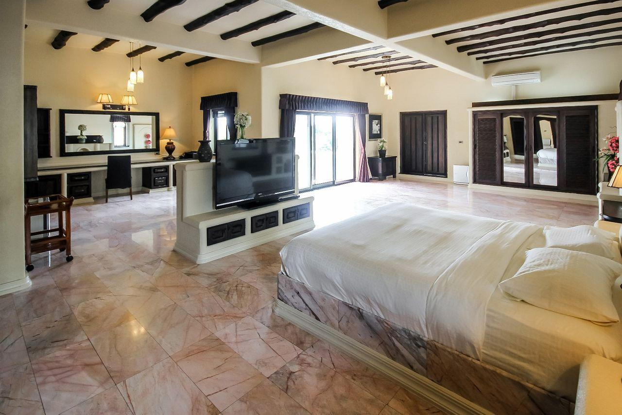 Thaiproperty1 Agency's Spacious Luxury Villa next to golf course. 38