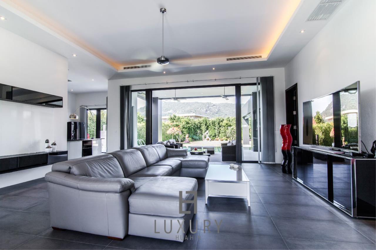 Luxury Hua Hin Property Agency's Luxury Modern 4 Bedroom Villa 11