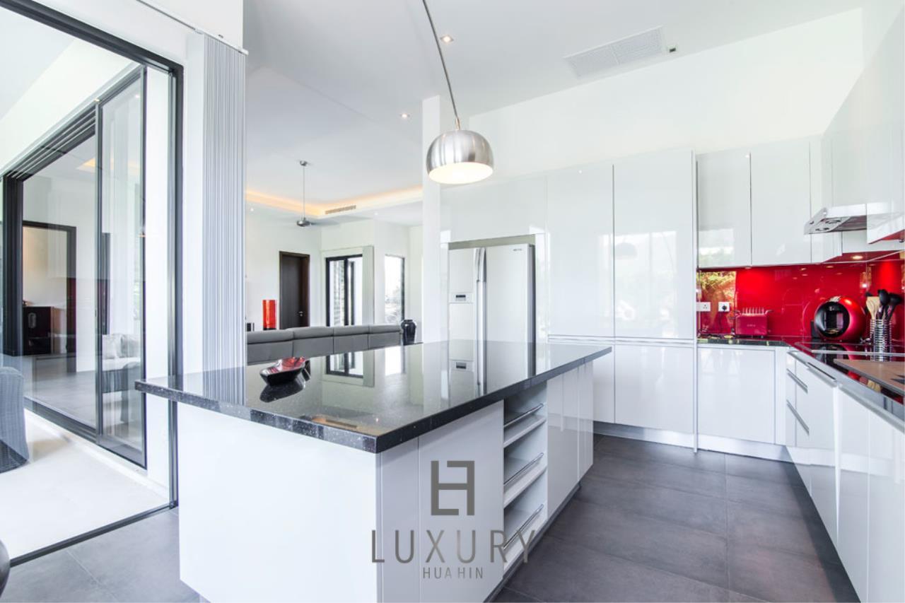 Luxury Hua Hin Property Agency's Luxury Modern 4 Bedroom Villa 12