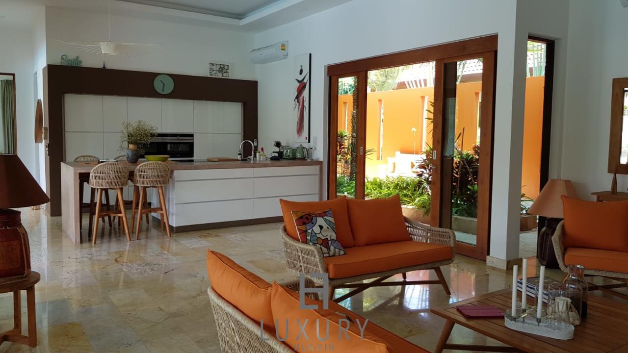 Luxury Hua Hin Property Agency's Outstanding New 4 Bedroom Pool Villa 9
