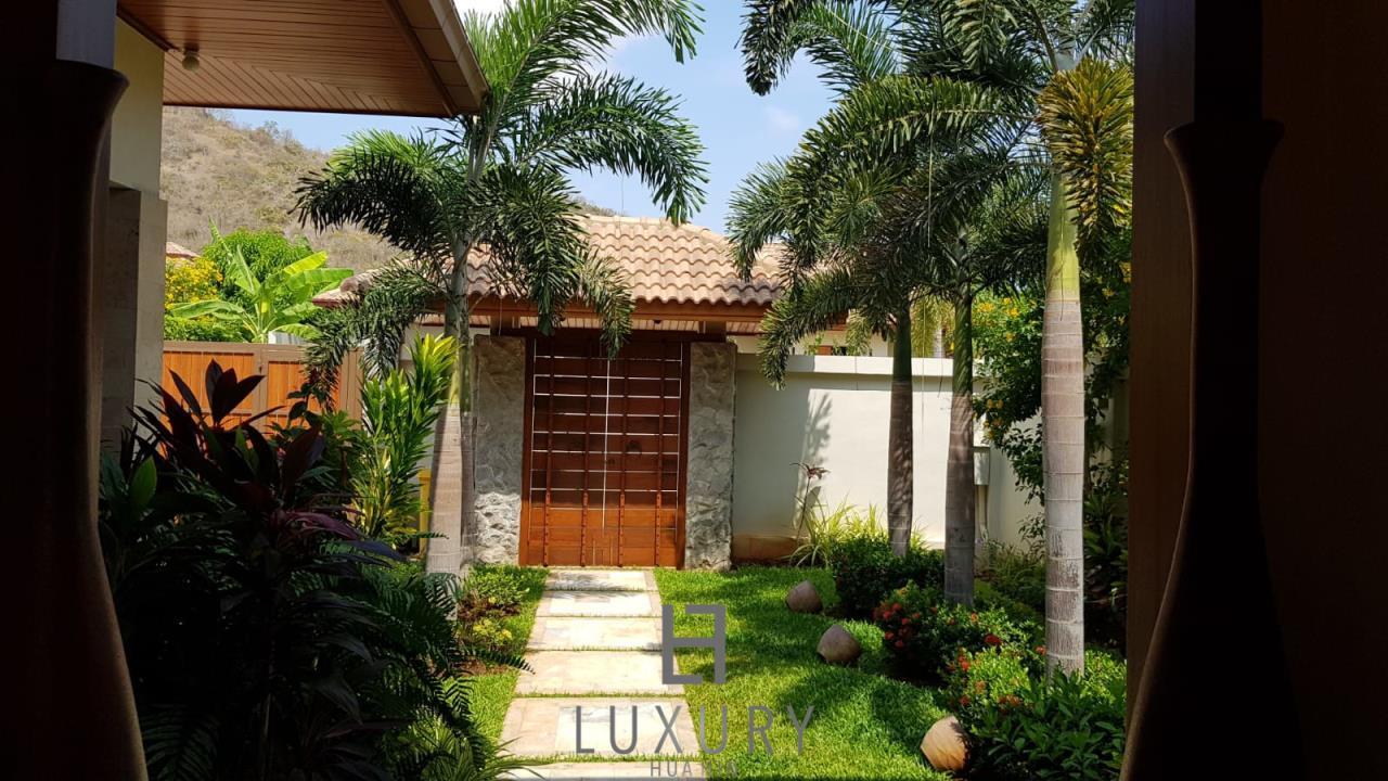 Luxury Hua Hin Property Agency's Outstanding New 4 Bedroom Pool Villa 8
