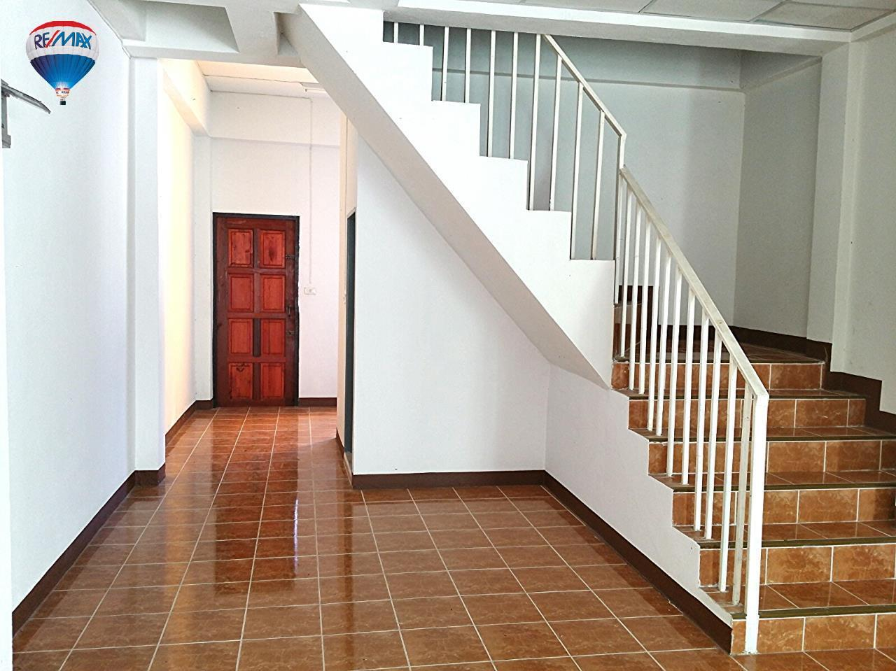 RE/MAX Classic Agency's Selling new townhome !!!  at 1.35 million bath downtown Chiang Rai. 6