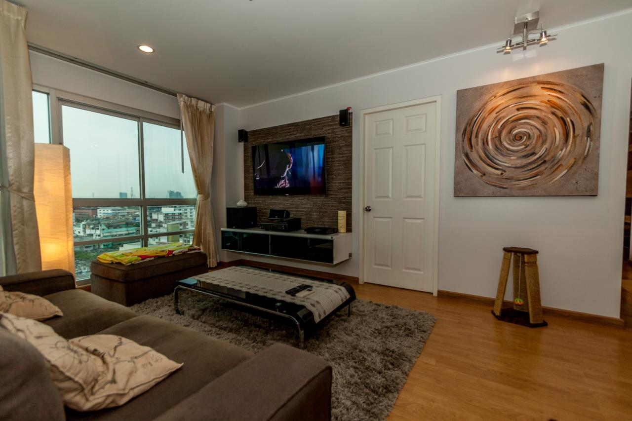 In Bangkok Condo Agency's Hauy Kwang high floor 2 bed condo for sale. well furnished 1