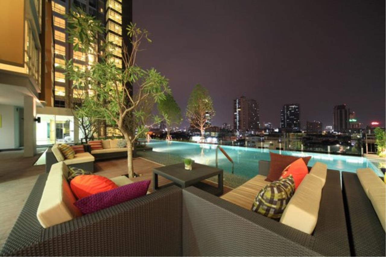 In Bangkok Condo Agency's Hauy Kwang high floor 2 bed condo for sale. well furnished 6