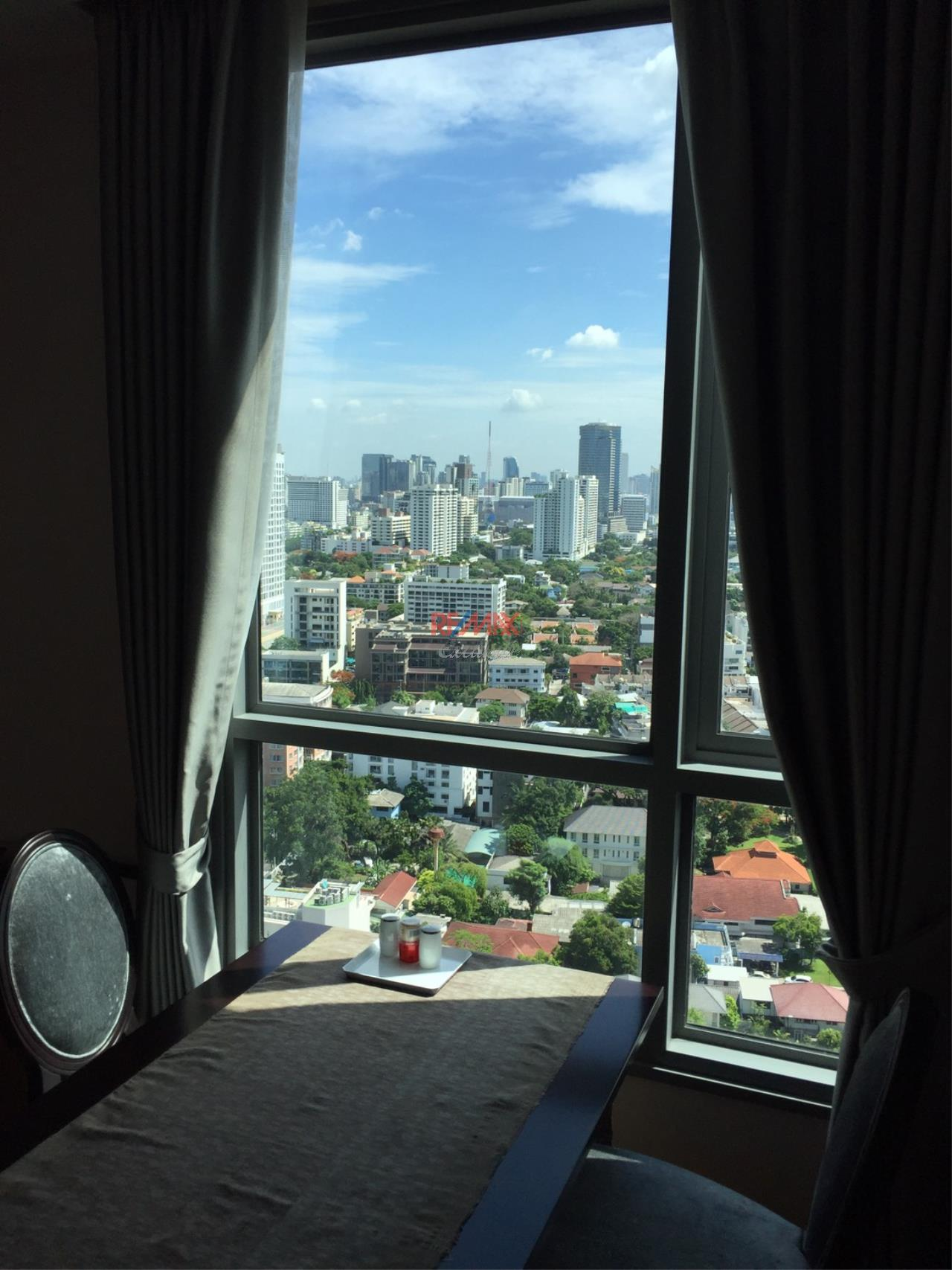 RE/MAX Exclusive Agency's H Sukhumvit 43, 2 Bedroom, 59 Sq.M., Fully-Furnished, High floor - Amazing View! 4