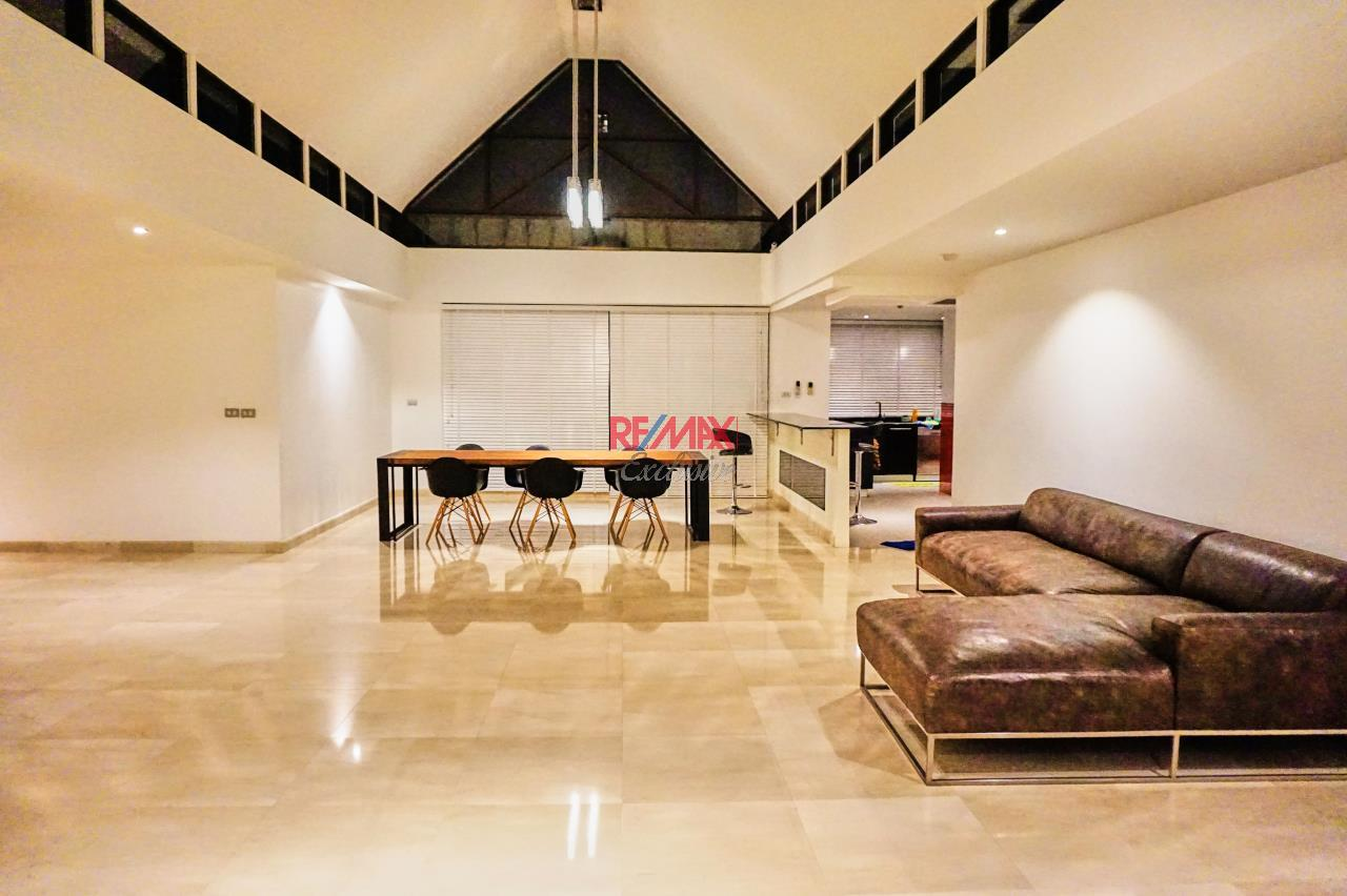 RE/MAX Exclusive Agency's Spacious 3 Bedroom Penthouse with Rooftop Garden in Thonglor For Rent 1