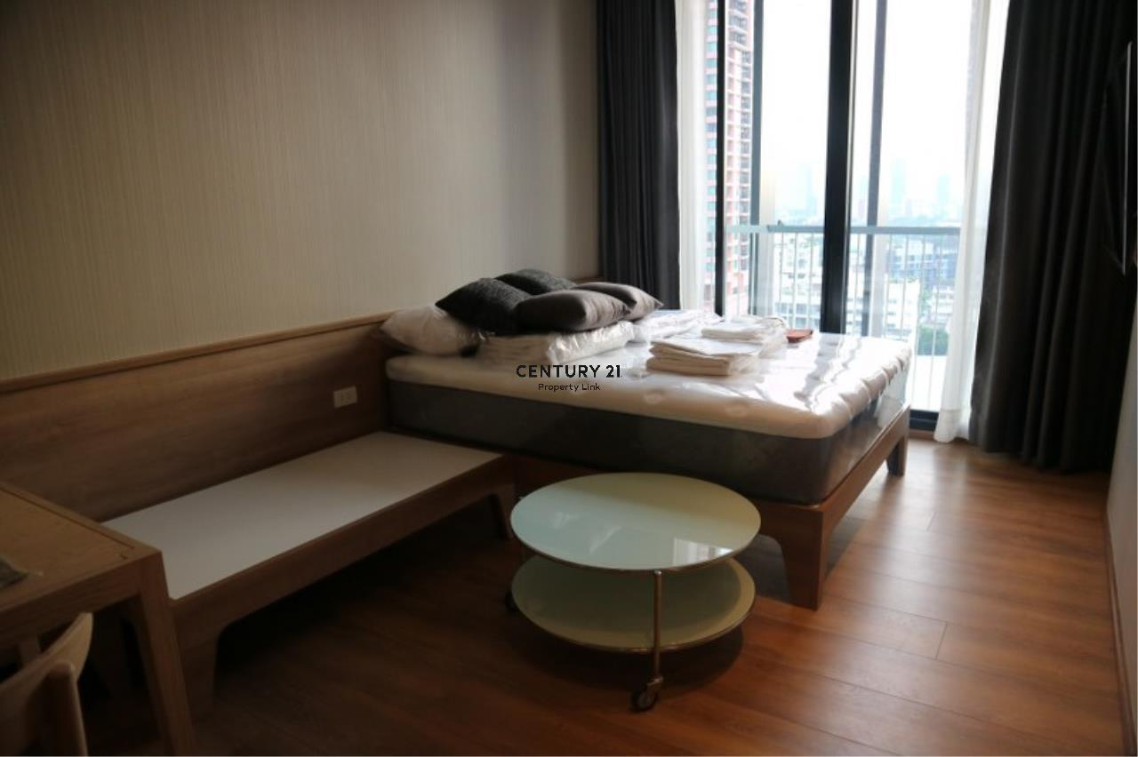 Century21 Property Link Agency's 39-CC-61384 Park 24 Room For Rent Near BTS Phrom Phong Sukhumvit Road Studio room 28,000 THB./ month 2