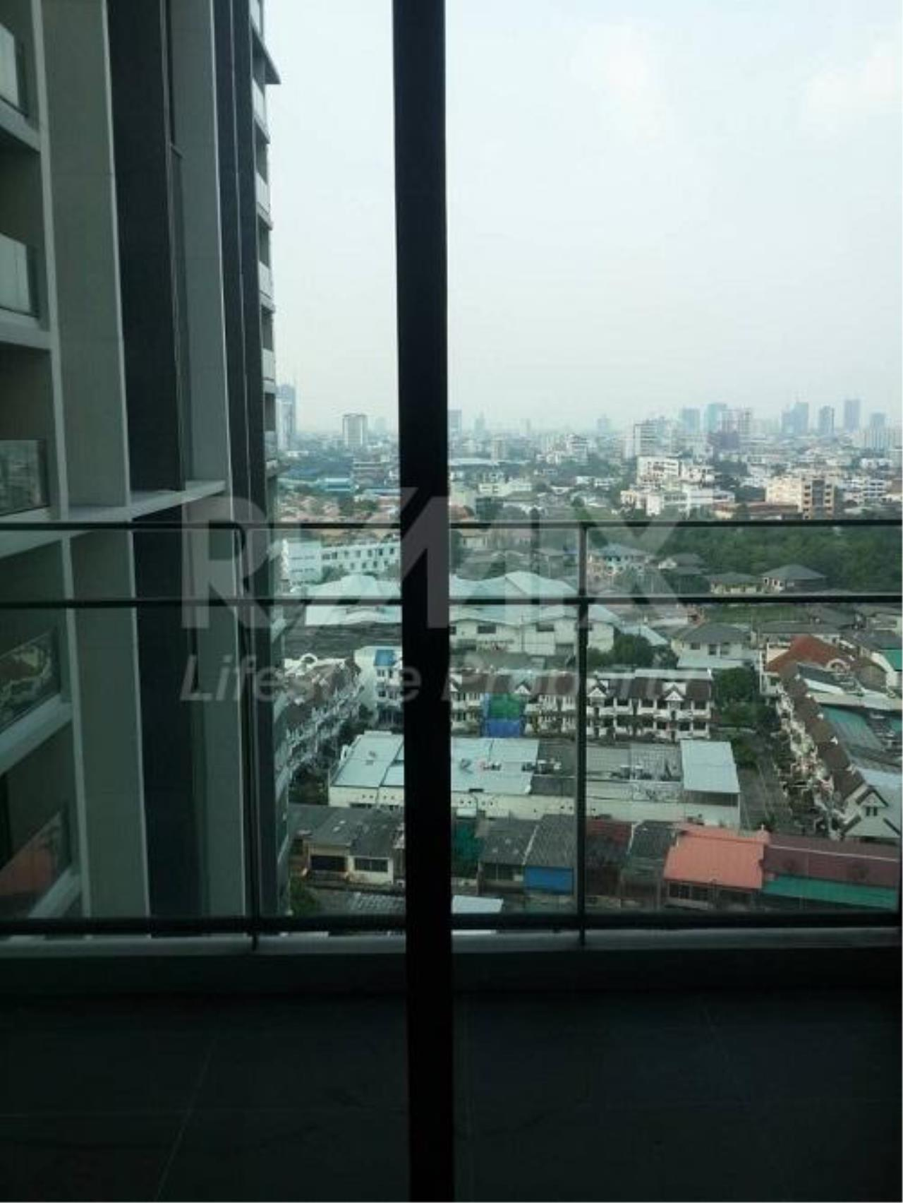 RE/MAX LifeStyle Property Agency's The Room Sukhumvit 69 4