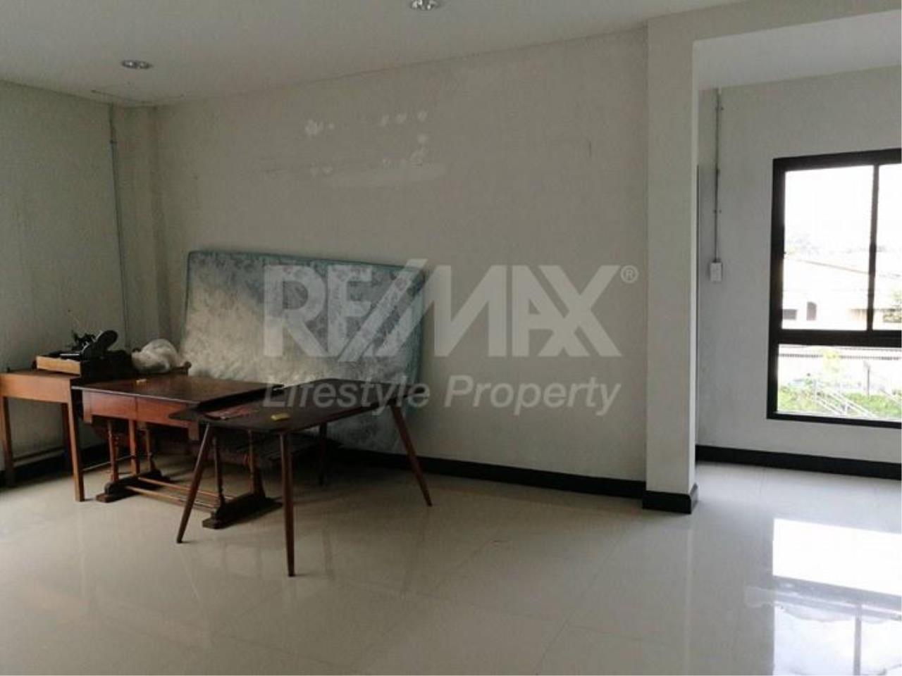 RE/MAX LifeStyle Property Agency's Commercial Town in town 5