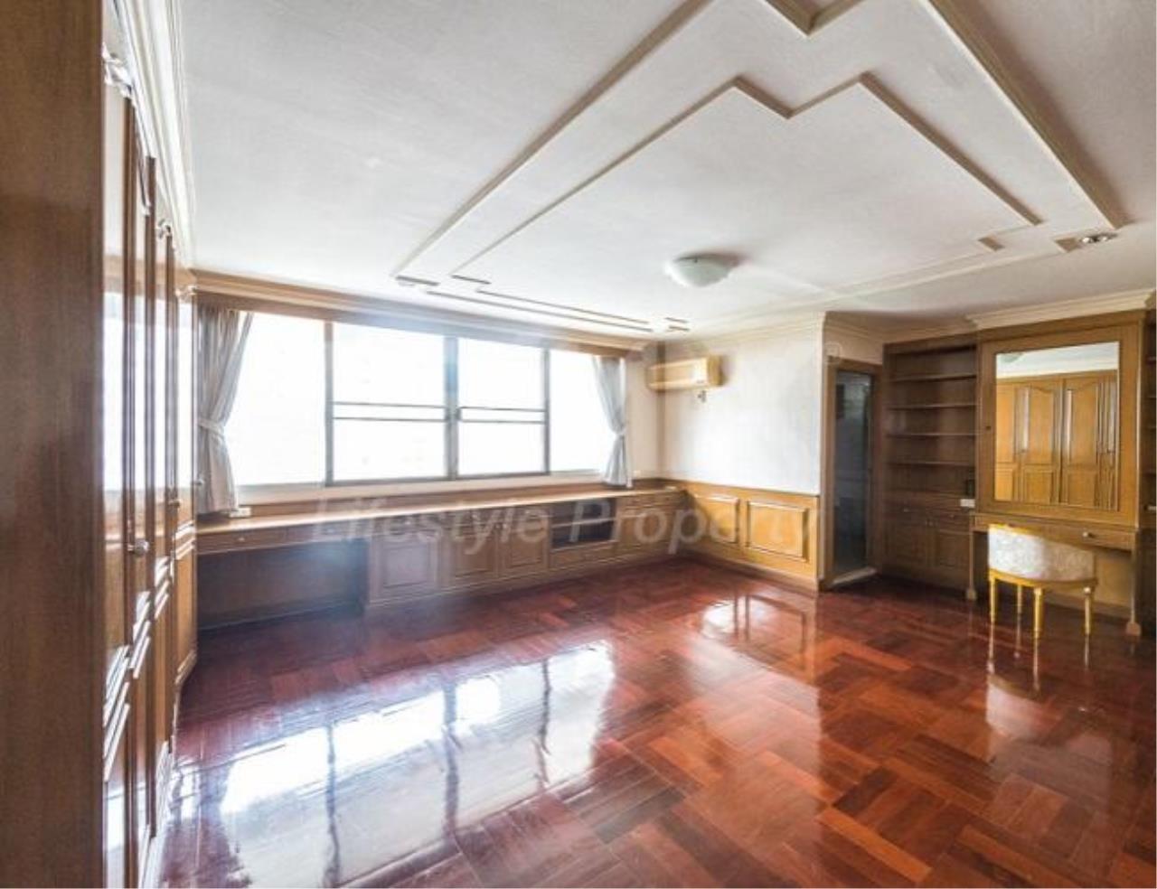 RE/MAX LifeStyle Property Agency's D.S. Tower 1 Sukhumvit 33 8