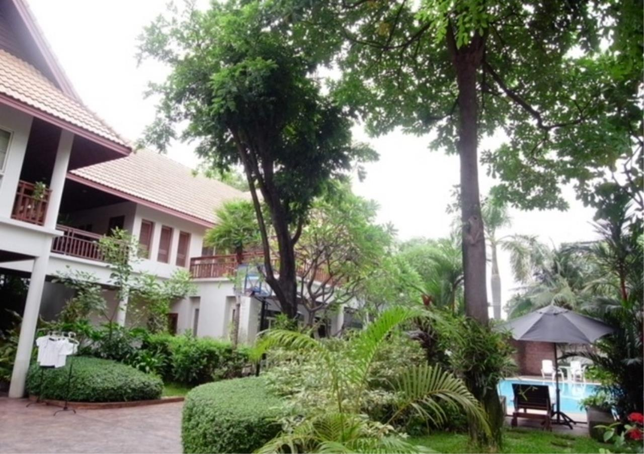Bangkok Residential Agency's 3 Bed Single House in Compound For Rent in Ekkamai BR2621CD 2