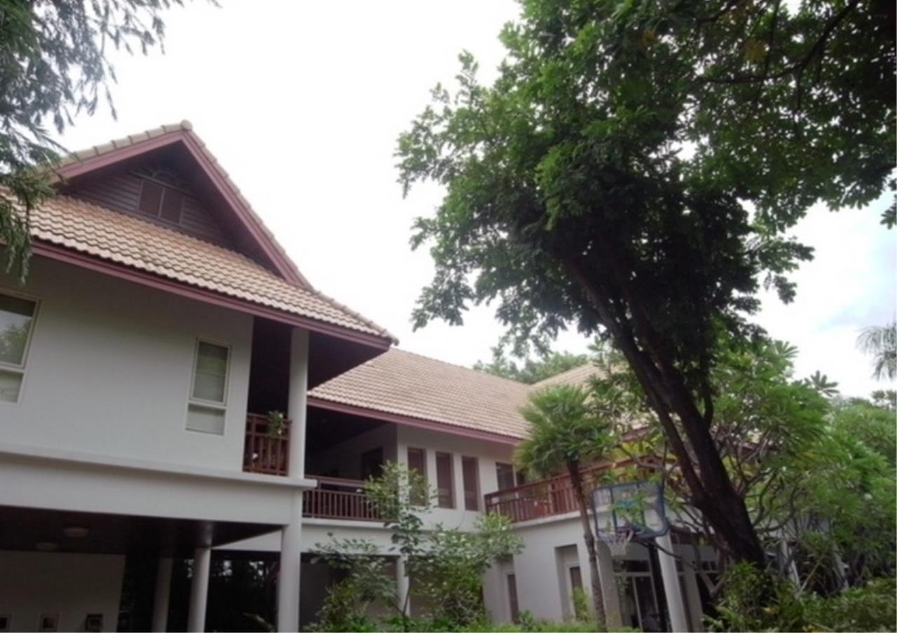 Bangkok Residential Agency's 3 Bed Single House in Compound For Rent in Ekkamai BR2621CD 1