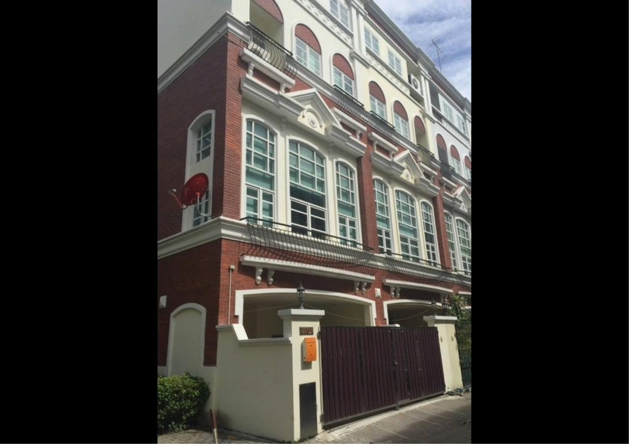 Bangkok Residential Agency's 3 Bed Townhouse in Compound For Rent in Silom BR8632TH 14