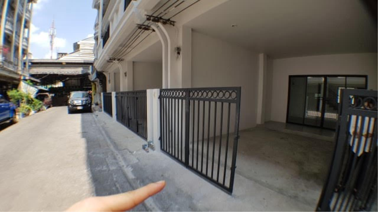 Edman & Partners Co.,Ltd. Agency's townhouse for rent at Sri-Yarn Market area  -40,000 baht/month 3