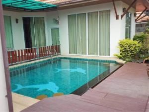 RE/MAX Town & Country Property Agency's Nice home with pool 1