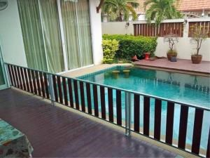RE/MAX Town & Country Property Agency's Nice home with pool 3