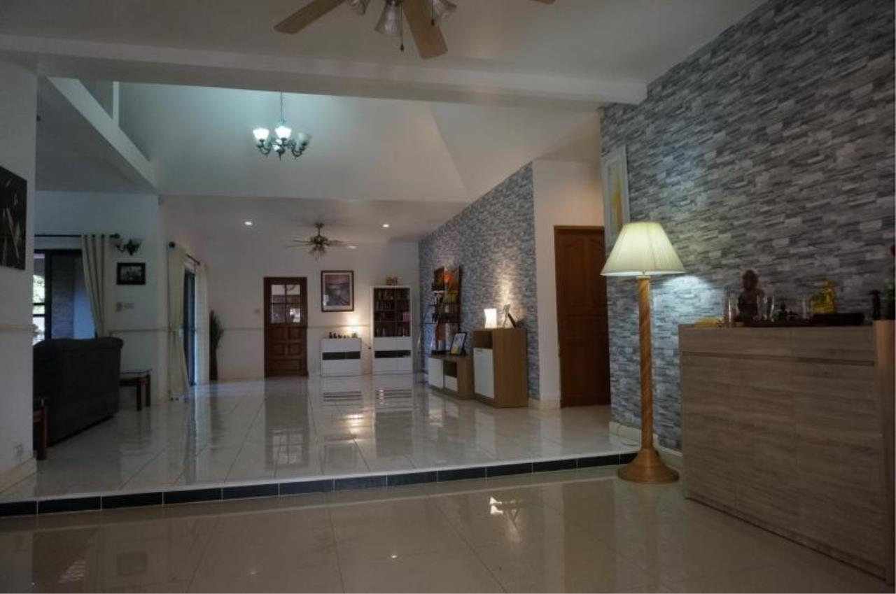 RE/MAX Town & Country Property Agency's Large home with 5 bedrooms 6