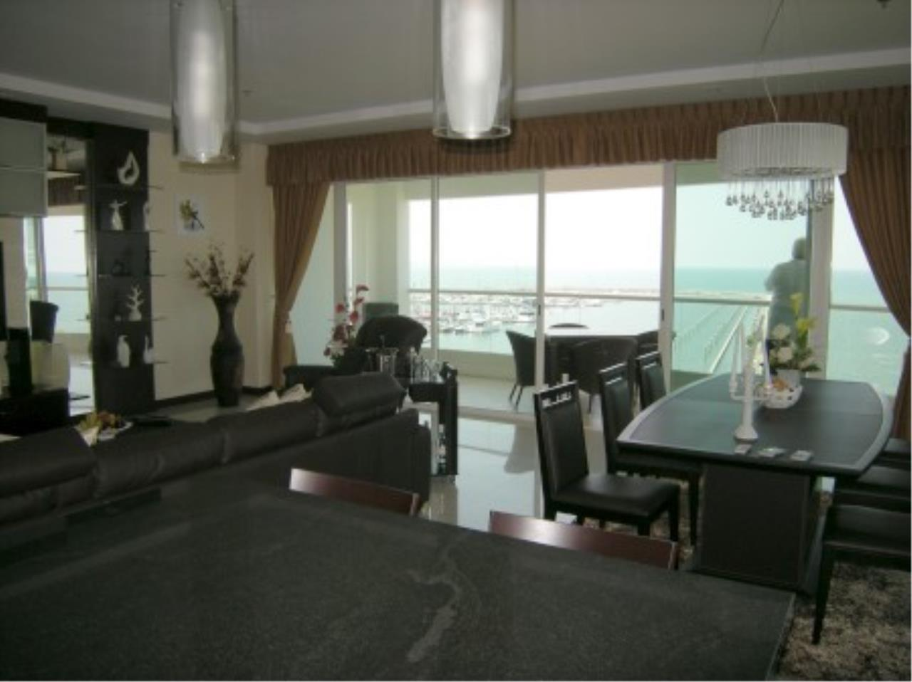 RE/MAX Town & Country Property Agency's Beautiful MARINA condo ! 11