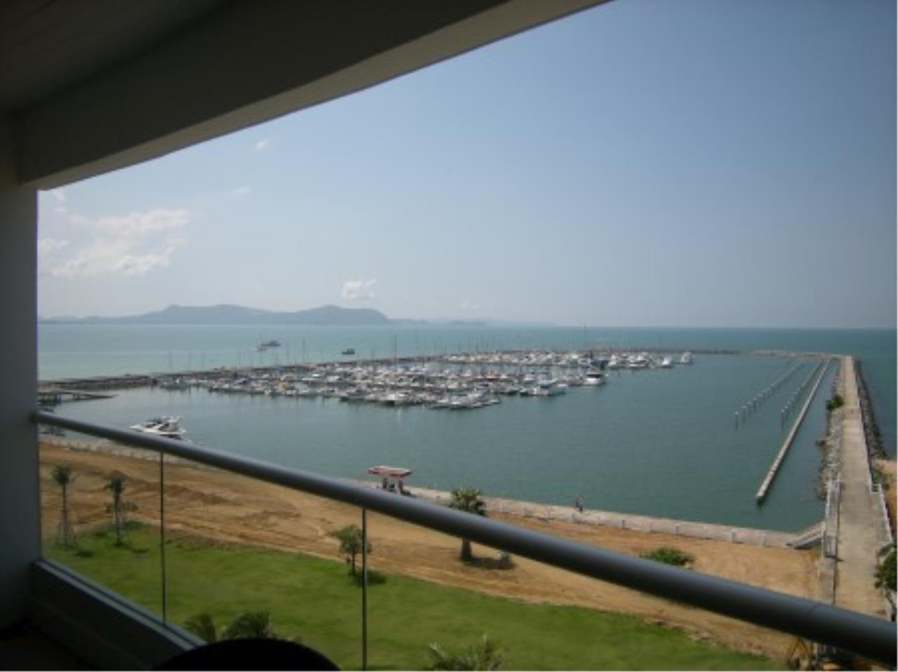 RE/MAX Town & Country Property Agency's Beautiful MARINA condo ! 2