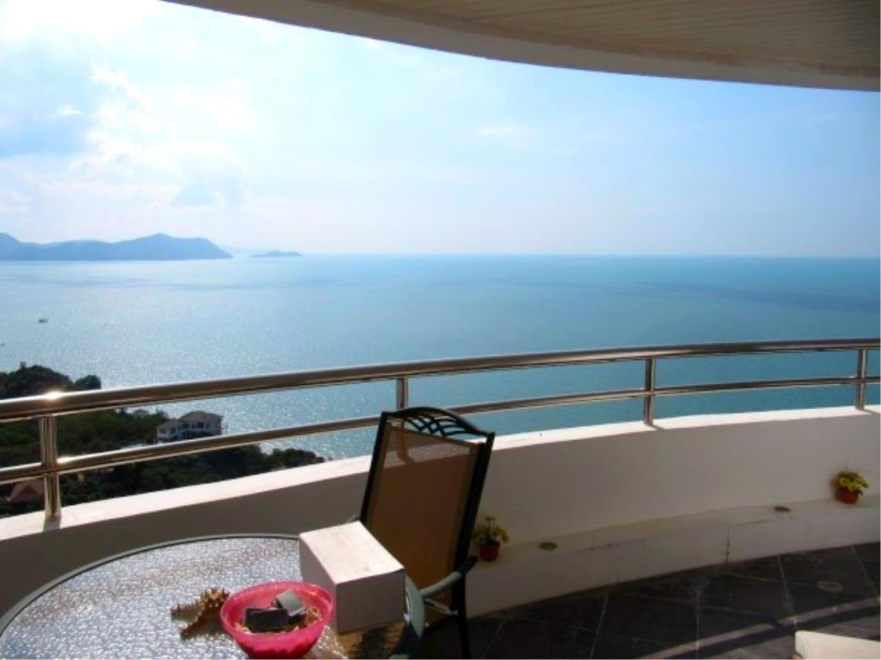 RE/MAX Town & Country Property Agency's Beachfront Condo in Na Jomtien 1