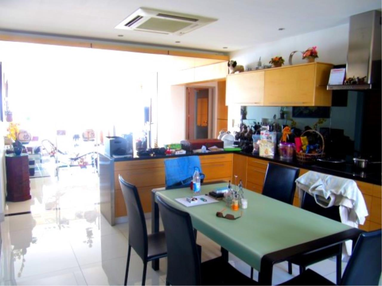 RE/MAX Town & Country Property Agency's Beachfront Condo in Na Jomtien 4
