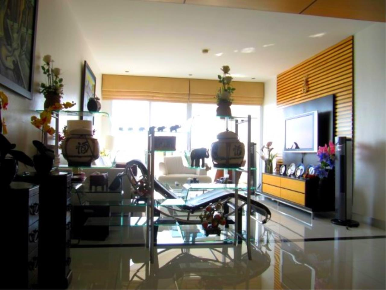 RE/MAX Town & Country Property Agency's Beachfront Condo in Na Jomtien 5