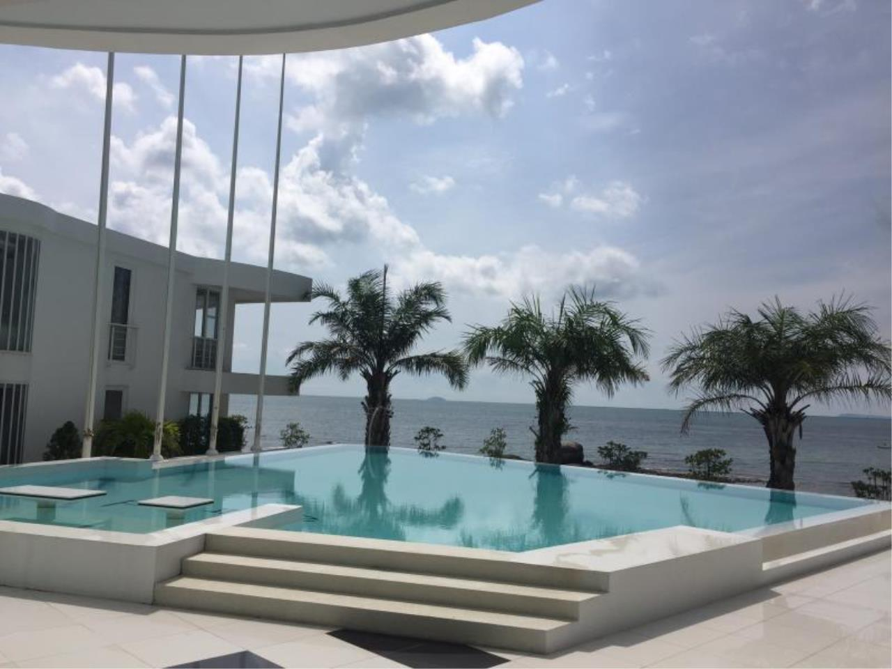 RE/MAX Town & Country Property Agency's Beach front condo in Na-Jomtien 6