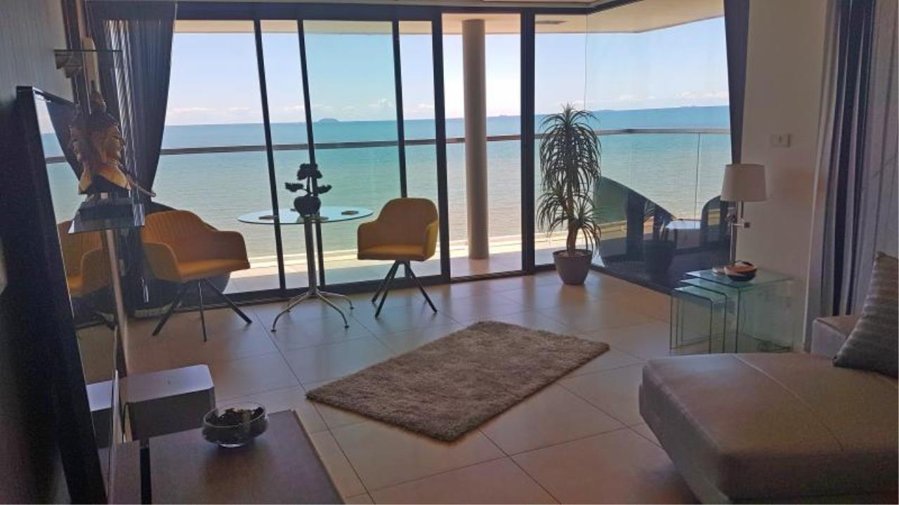 RE/MAX Town & Country Property Agency's Beach front condo in Jomtien 1
