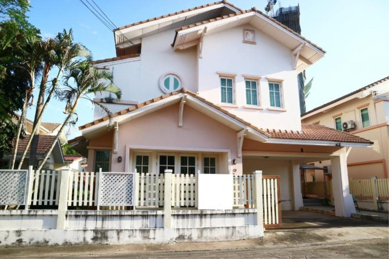 RE/MAX Town & Country Property Agency's 2 Storey house for sale close to the beach 1