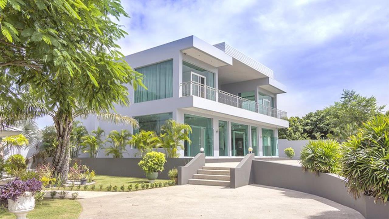 RE/MAX Town & Country Property Agency's Impressive 5 bedroom pool villa above Mabprachan lake, East Pattaya 1