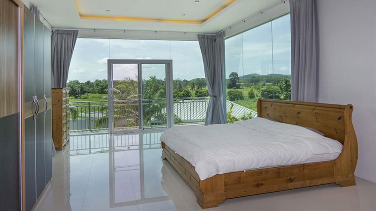 RE/MAX Town & Country Property Agency's Impressive 5 bedroom pool villa above Mabprachan lake, East Pattaya 10