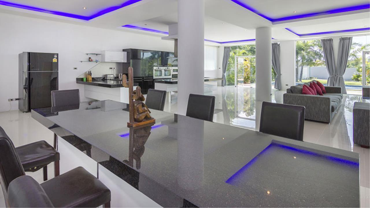 RE/MAX Town & Country Property Agency's Impressive 5 bedroom pool villa above Mabprachan lake, East Pattaya 4