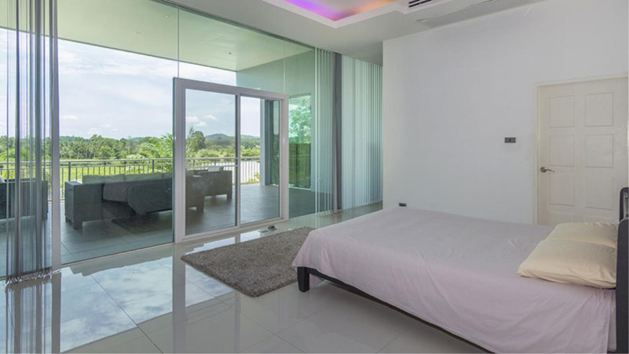 RE/MAX Town & Country Property Agency's Impressive 5 bedroom pool villa above Mabprachan lake, East Pattaya 7