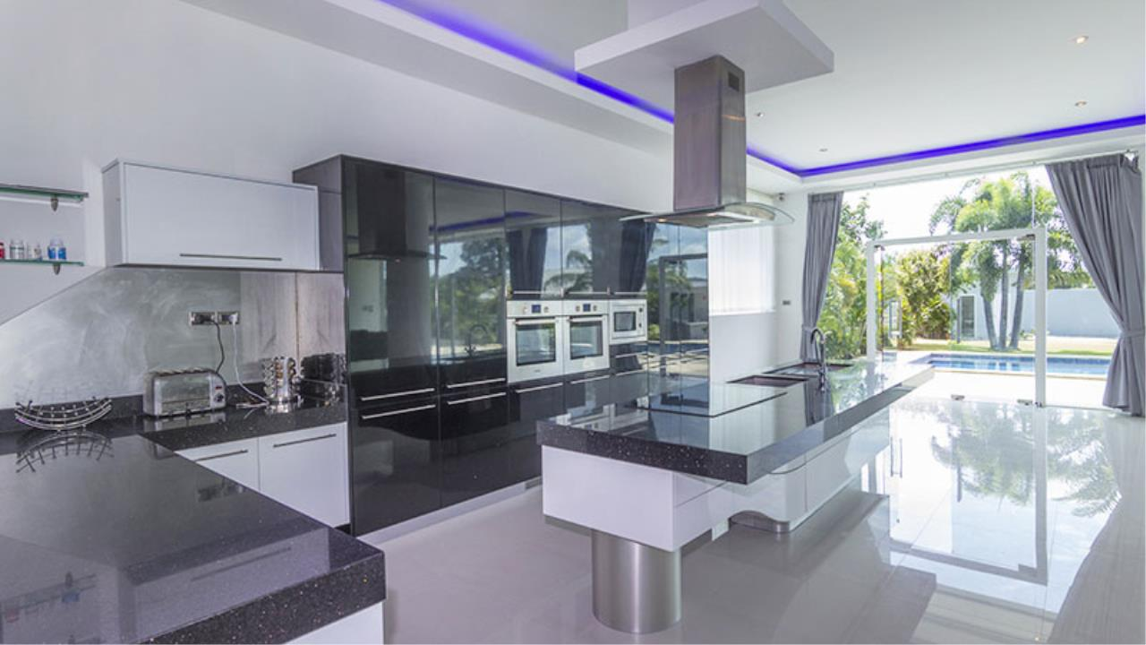 RE/MAX Town & Country Property Agency's Impressive 5 bedroom pool villa above Mabprachan lake, East Pattaya 8
