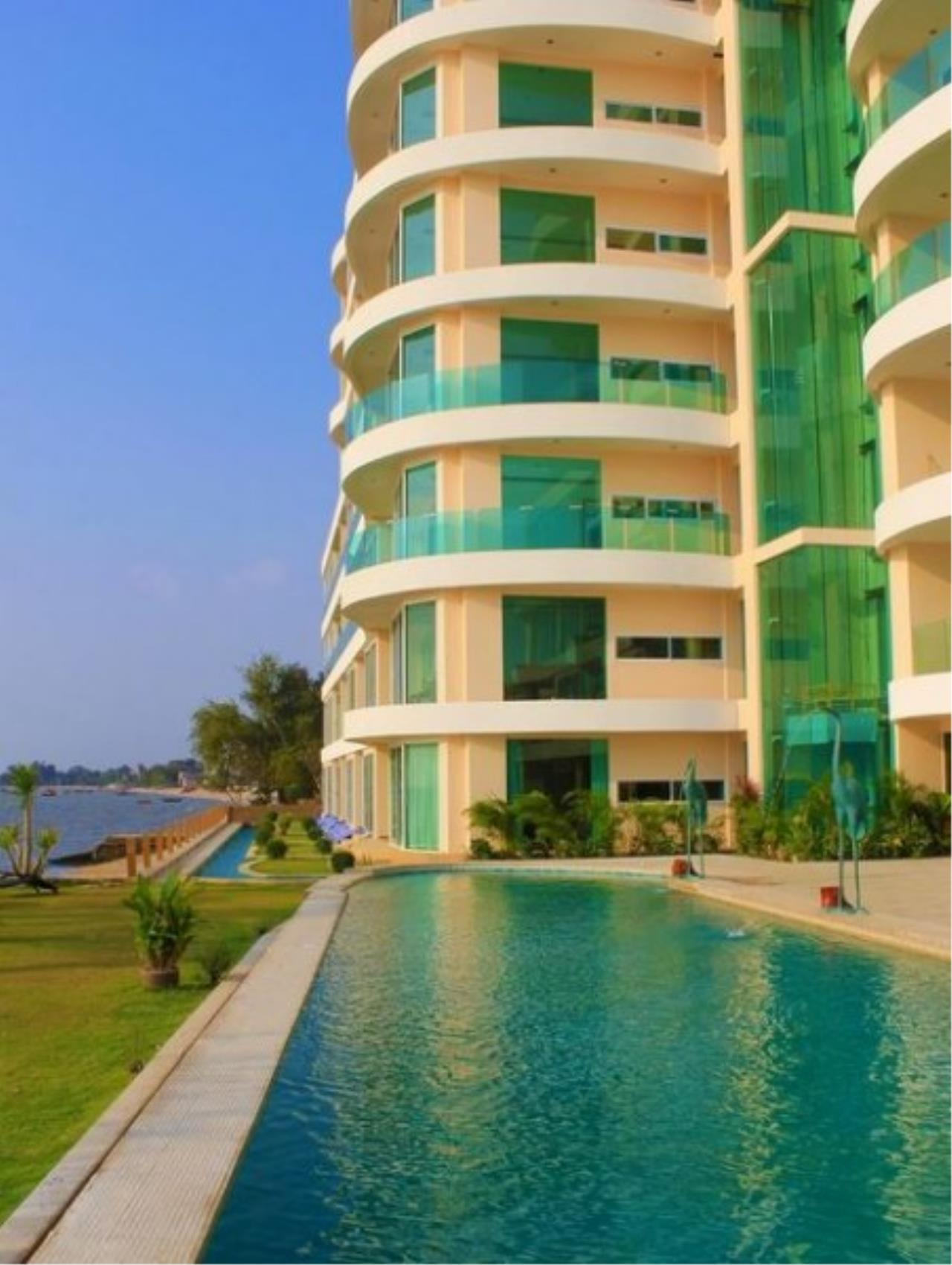 RE/MAX Town & Country Property Agency's Sea View condo 8