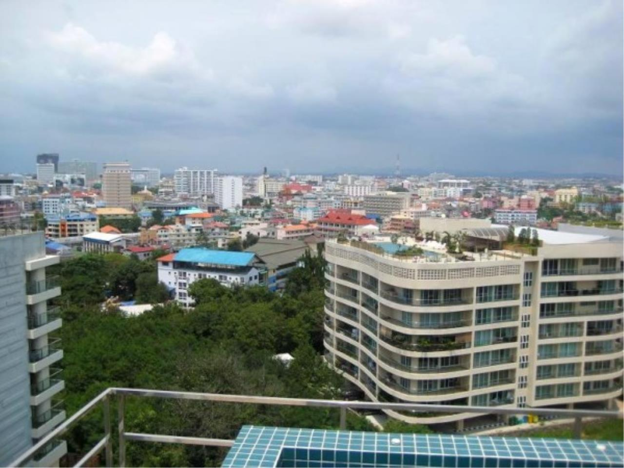 RE/MAX Town & Country Property Agency's Central located condo 3