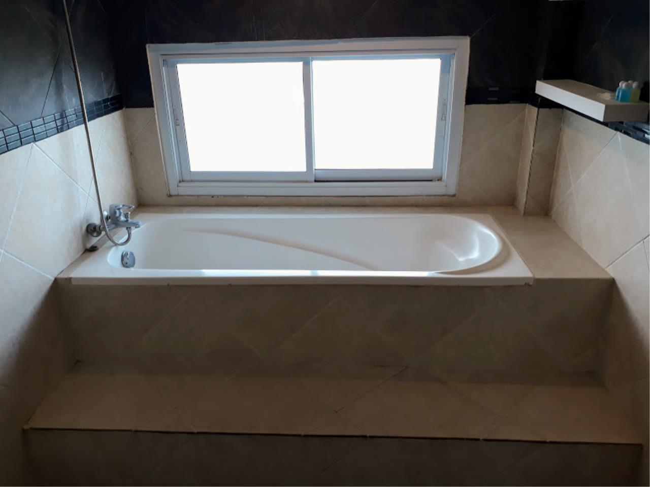 RE/MAX Island Real Estate Agency's One bedroom apartment with bathtub in Chaweng  6
