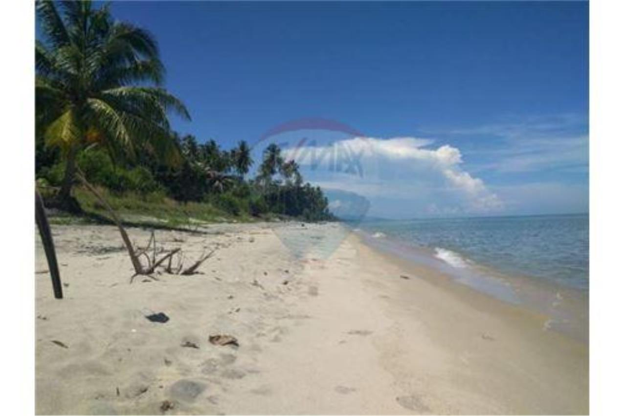 RE/MAX Island Real Estate Agency's Affordable Beachfront Land. Great location! 1