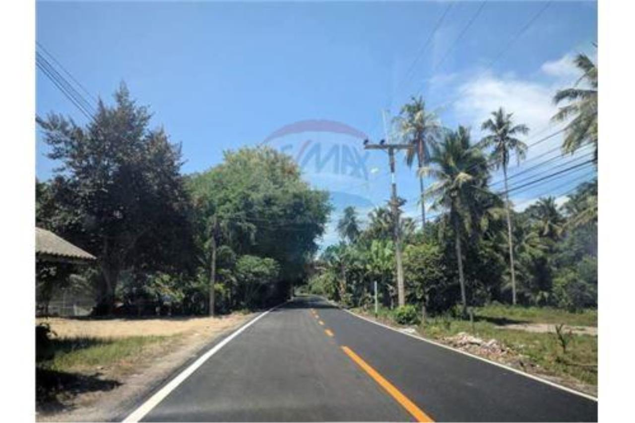 RE/MAX Island Real Estate Agency's Affordable Beachfront Land. Great location! 6
