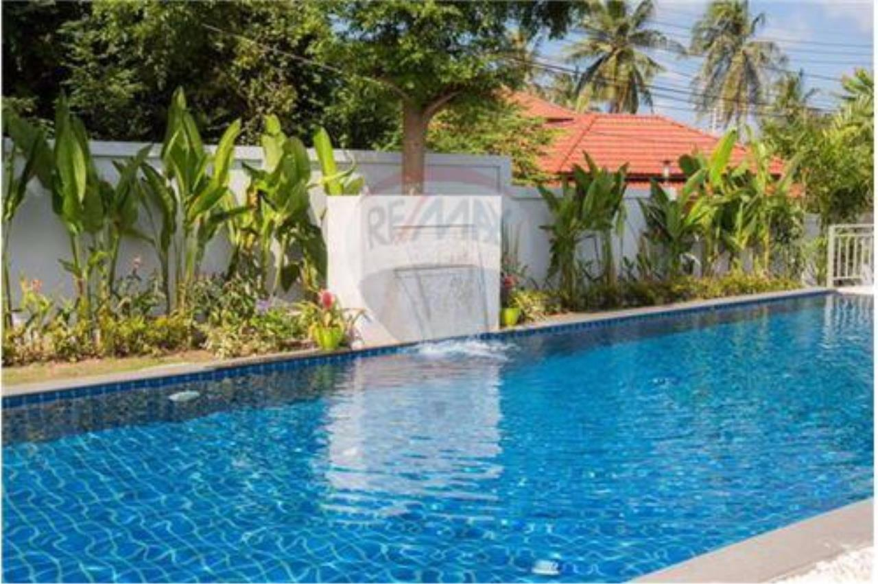 RE/MAX Island Real Estate Agency's 3 bedrooom modern thai style villa in Bangrak 10