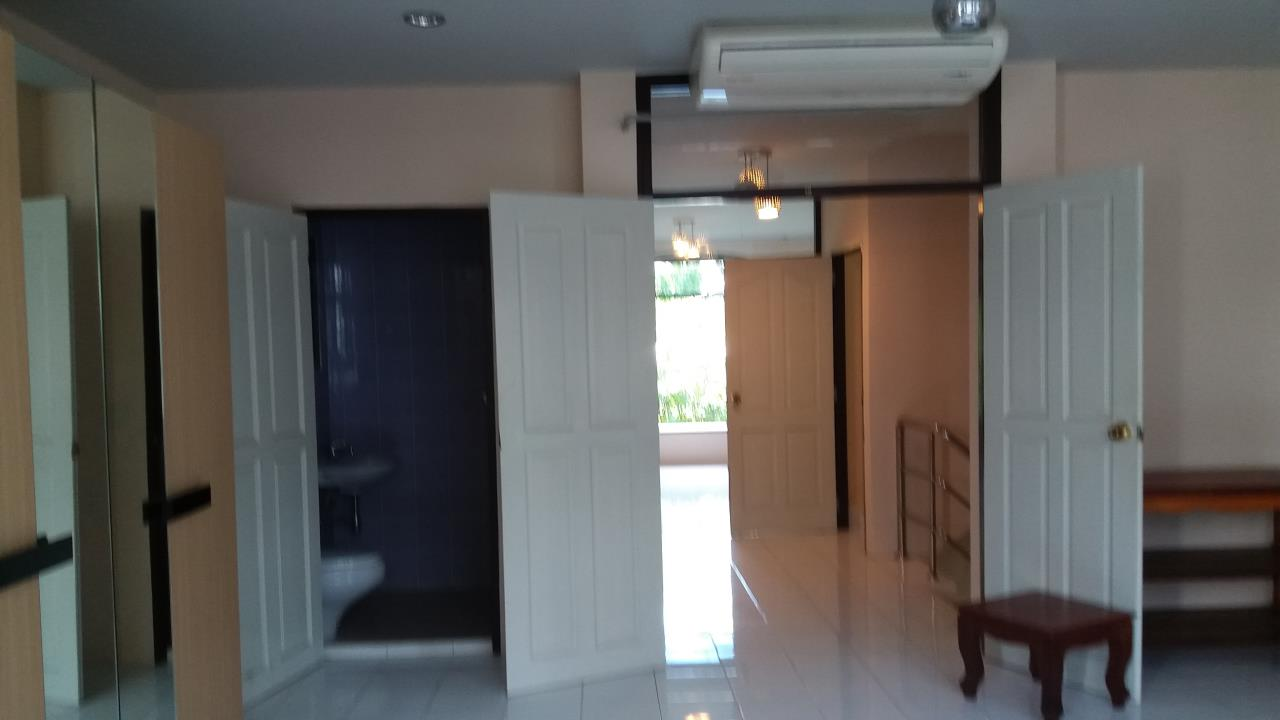 Agent - Ratana Chatthinawat  Agency's Four - bedroom Townhouse  in soi sukhumvit  for rent 65,000/month 9