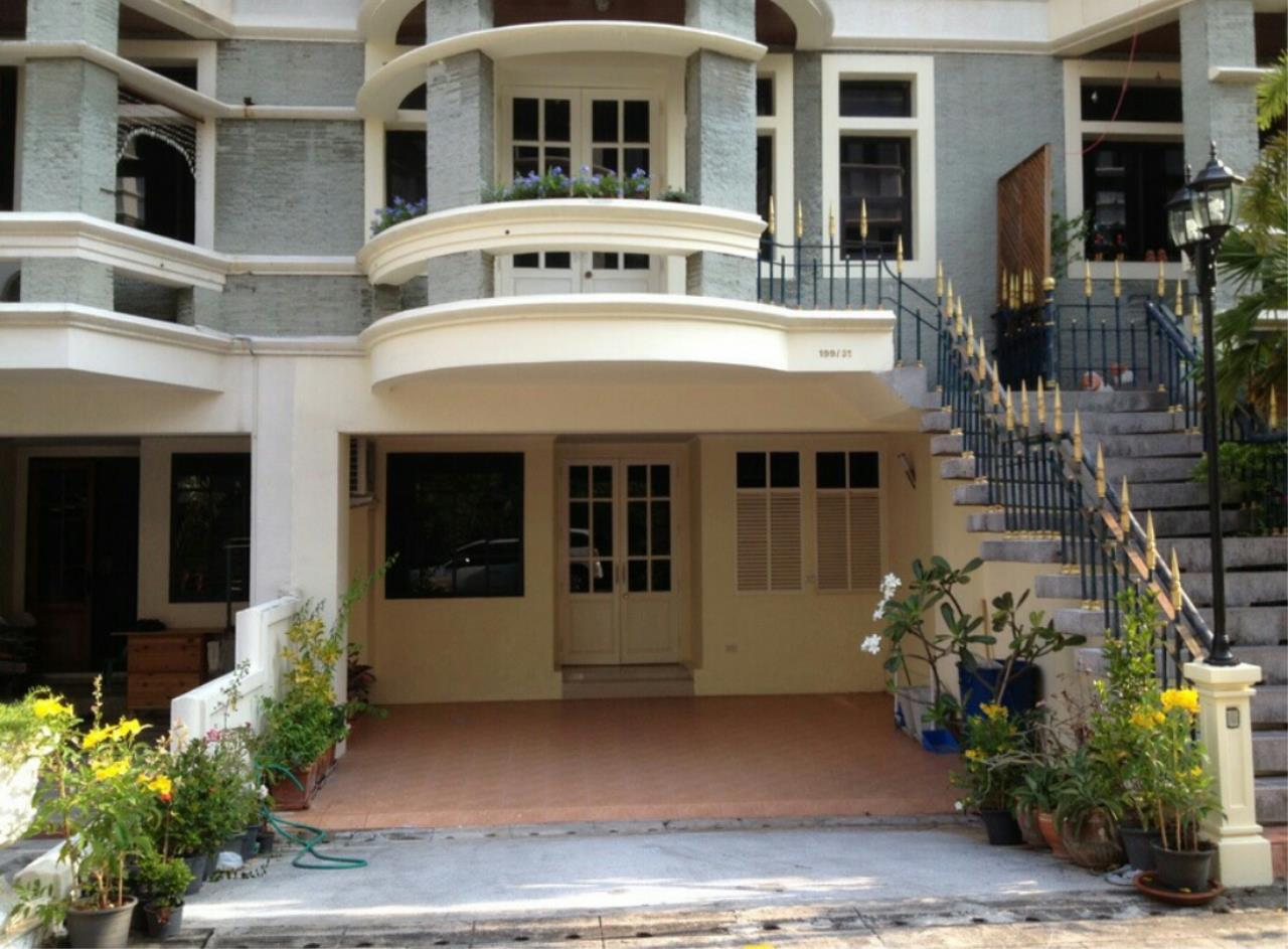 Agent - Ratana Chatthinawat  Agency's Four - bedroom Townhouse  in soi sukhumvit  for rent 65,000/month 1