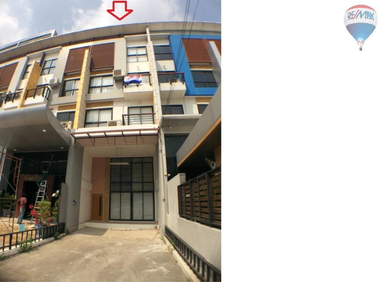 RE/MAX BestLife Agency's The Enter home office for sale on soi Kanchanaphisek 39 1