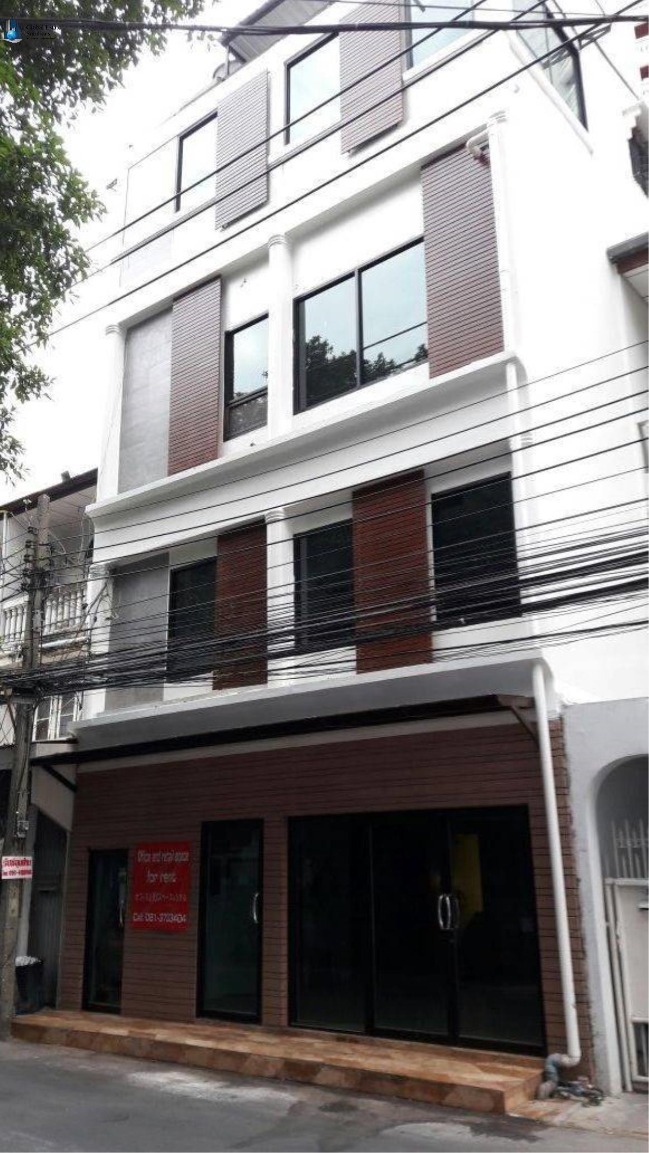 Bangkok Property Solutions Co., Ltd. Agency's Shop House In Sukhumvit 39 1